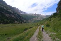El camí avança cap a la capçalera de la vall.