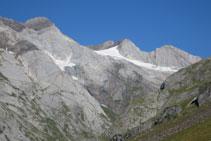 La glacera d´Ossoue i els diferents cims del massís del Vignemale ens donen la benvinguda.