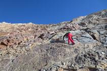 Pujant pel tram de roca fins al cim.