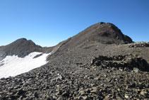 Coll de Cerbillona amb el pic de Cerbillona en primer terme i el Pico Central al fons.