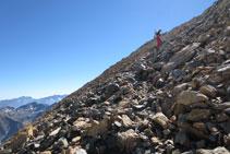 Pujant per un munt de pedres cap al Pico Central.