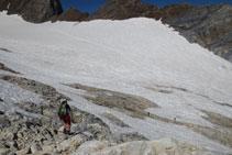 Baixem cap a la glacera per enllaçar amb el camí que hem fet de pujada.
