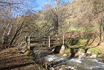 Pont de fusta per on creuem el riu.