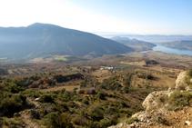 Vistes a la vall del riu Carreu. Al fons, la muntanya de Sant Corneli.