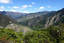 Vistes cap Tírvia i les muntanyes de l´Alt Pirineu al fons.
