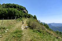 La pista que s´allunya de la masia de Monteis.