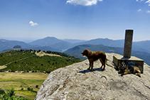 Damunt la Rocallarga, tot i la seva modesta altitud, es pot gaudir d´una de les millors vistes panoràmiques de la contrada: des del mar mediterrani fins a Montserrat, passant pel Massís del Montseny i les Guilleries.